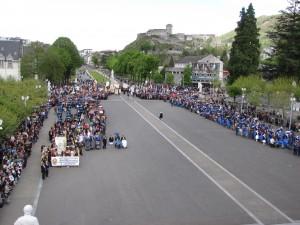 rassemblement des pèlerins avant la messe