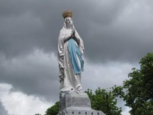 statue de la vierge au sanctuaire